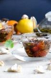 Oolong-Tee in den Glasschalen mit Minze lizenzfreie stockfotografie