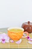 Oolong-Tee in der orange Schale Stockbild