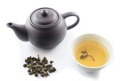 Oolong-Tee mit Töpferwaren-Teekanne Stockbilder