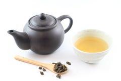 Oolong-Tee mit Töpferwaren-Teekanne Stockbild