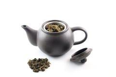 Oolong-Tee mit Töpferwaren-Teekanne Lizenzfreie Stockbilder