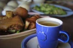 Oolongthee met Varkensvleesbeen en mantou Royalty-vrije Stock Afbeeldingen