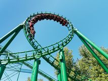 Oop rolig ritt för rollercoaster på nöjesfältet på den Gardland funfairen Royaltyfri Fotografi