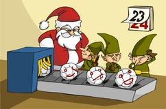 Oops! Elfe, die an der Weihnachtsspielzeugfabrik scherzen Lizenzfreie Stockfotos