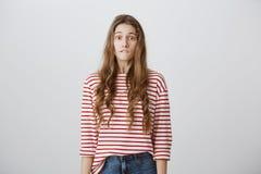 Oops, qué tienen I hecho El estudio tiró de chica joven hermosa preocupante con el pelo rubio en labio más bajo penetrante de la  Fotos de archivo