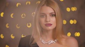 Oops, vrouwelijke halsband die neer van vrouwenhals vallen, langzame motie stock video