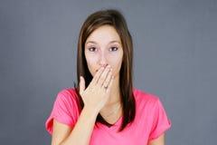 Oopsy overhandigt mond jonge vrouw Stock Afbeelding