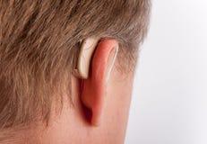 Oor met gehoorapparaat stock foto