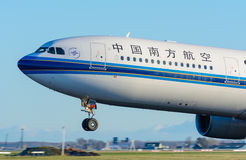 Oord-Holland/Nederland - Januari 17-01-2016 - Vliegtuig China Southern Airlines B-5965 Luchtbus A330-300 gaan in Schiphol van sta Stock Foto