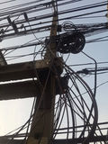 Oordnad elektricitetsstolpe Arkivbild