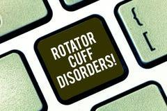 Oordningar för manschett för Rotator för textteckenvisning Begreppsmässiga fotosilkespapper i skuldran får den irriterade eller s arkivfoton