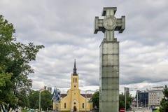 Oorlog van Onafhankelijkheid Victory Column en St John ` s Kerk in de Oude Stad van Tallinn, Estland stock afbeelding