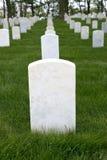 Oorlogs Herdenkingsbegraafplaats met Lege Grafsteen Ernstige Teller Stock Foto's