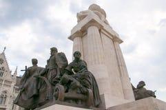 Oorlogsgedenkteken door de Huizen van het Parlement herberg Boedapest Hongarije Royalty-vrije Stock Afbeeldingen