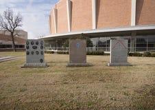 Oorlogsmonumenten in de Veteranen Herdenkingstuin met Dallas Memorial Auditorium op de achtergrond stock foto's