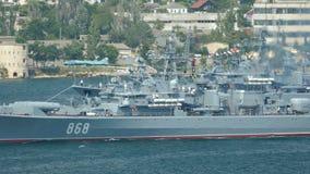 Oorlogsschepen in de baai stock footage