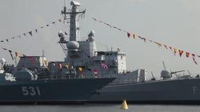 Oorlogsschepen in de haven stock videobeelden