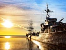 Oorlogsschip bij zonsopgang royalty-vrije stock afbeeldingen