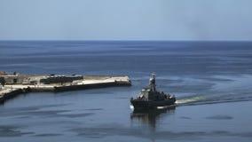 Oorlogsschip die in de stad van havenhavana opnemen stock videobeelden