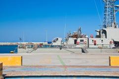 Oorlogsschip in een haven van Rhodos, Griekenland. Royalty-vrije Stock Afbeeldingen