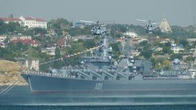 Oorlogsschip en zeehelikopters stock video