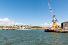Oorlogsschip in haven Stock Foto's