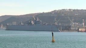 Oorlogsschip in het reparatiedok stock video