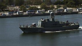 Oorlogsschip het seiling in de stad van havenhavana stock video