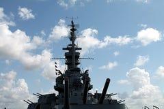Oorlogsschip met hemel in de achtergrond Stock Afbeeldingen