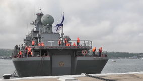 Oorlogsschip met raketten stock video