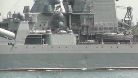 Oorlogsschip met raketten stock footage