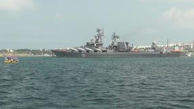 Oorlogsschip met raketten stock videobeelden