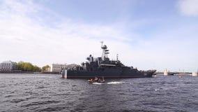 Oorlogsschip op Neva River in St. Petersburg stock videobeelden