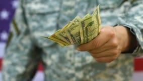 Oorlogsveteraan die kleine som geld, lage toelage voor militairen houden, defensie stock footage