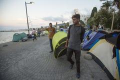Oorlogsvluchtelingen dichtbij tenten Meer dan half zijn migranten van Syrië, maar er zijn vluchtelingen van andere landen stock fotografie