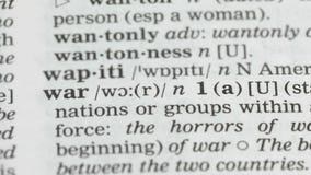 Oorlogswoord in Engels woordenboek, internationale relatiesinstorting, vluchtelingen stock footage
