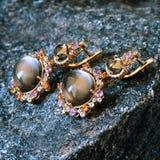 Oorringen van goud met diamanten, topaas en amethist royalty-vrije stock afbeelding