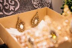 Oorringen voor de bruid in de doos Stock Foto's
