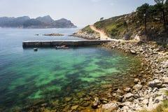 Oorspronkelijk Water die Rocky Island omringen stock afbeeldingen