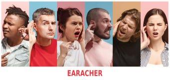 oorsuizing Close-up zijprofiel van zieke jonge vrouwen en de mens die oorpijn wat betreft haar pijnlijk hoofd op blauwe achtergro royalty-vrije stock foto's
