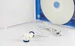 Oortelefoons en witte lege DVD zonder etiket Stock Fotografie