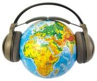 Oortelefoons op wereldbol Royalty-vrije Stock Afbeeldingen