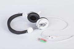 Oortelefoons voor het luisteren aan muziek stock foto's