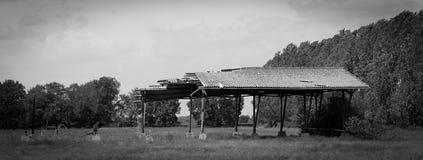 Oostduitse Dilapidated Structuur op een open gebied Stock Afbeeldingen
