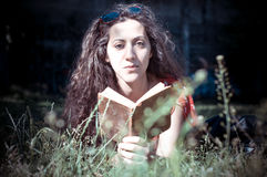 Oostelijk de lezingsboek van de hipster uitstekend vrouw Stock Afbeeldingen