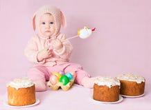 Oostelijk Konijntje Leuk aanbiddelijk babymeisje in een kostuum van Pasen rab Stock Afbeeldingen