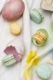Oostelijke eieren en macarons Stock Afbeeldingen