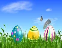 Oostelijke eieren op het gras Stock Afbeeldingen