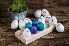 Oostelijke geschilderde eieren op houten plaat Stock Fotografie