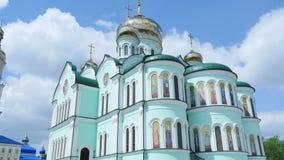 Oostelijke orthodoxe kruisen op gouden koepelskoepels tegen blauwe bewolkte hemel Stock Afbeeldingen